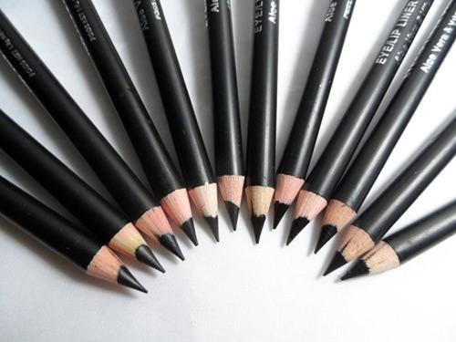 O lápis ou o delineador é essencial na necessaire de maquiagem de quem precisa se maquiar em 5 minutos e ainda ficar elegante